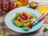 Спагети със сос Песто, сметана и сушени домати